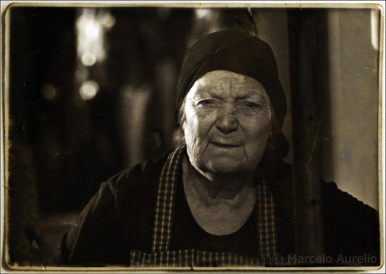 La castañera de Terrassa. Josefina desde hace 43 años vende castañas en la rambla de Terrassa, Barcelona.
