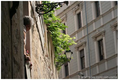 se asoma al sol de la mañana - Girona