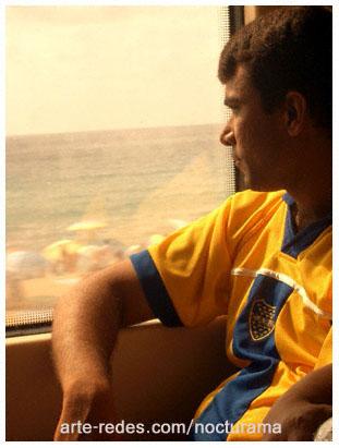 En la renfe, marroquí con la camiseta de boca