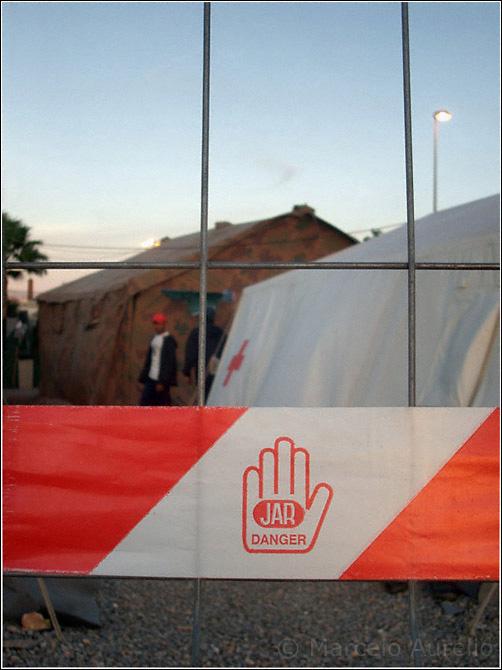 Cinta en la alambrada que rodea al CETI (Centro de Estancia Temporal de Inmigrantes) - Melilla