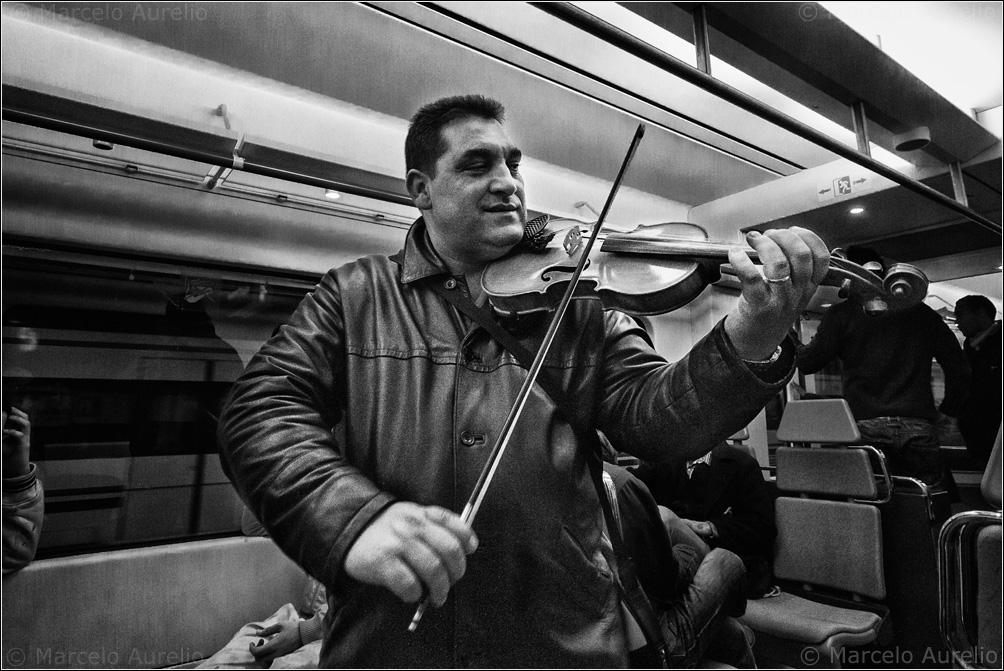 Becho toca el violín en los trenes - Barcelona