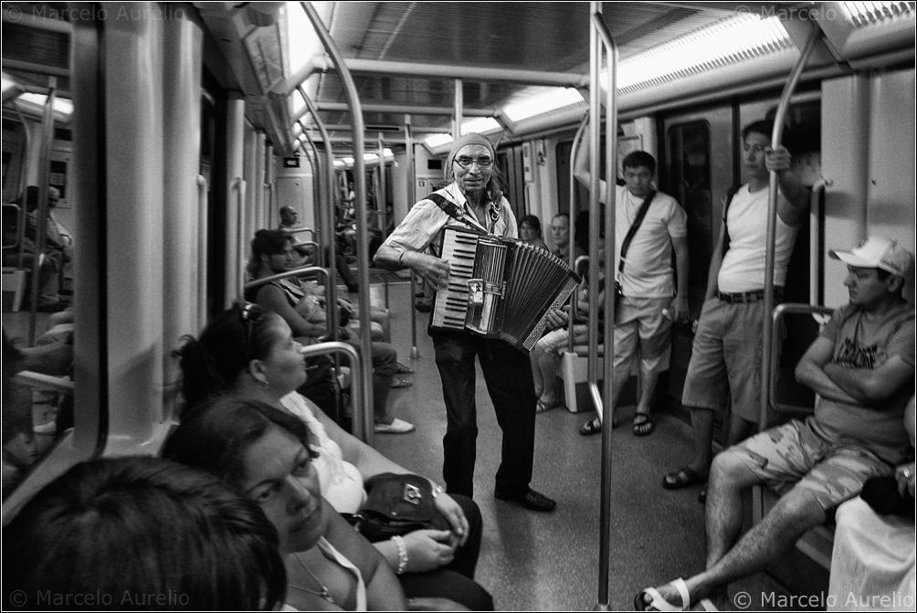 El acordeonista que llenó el vagón de recuerdos muertos - Barcelona