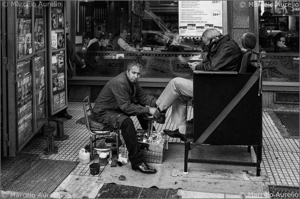 Entre diarios y franelas. Buenos Aires, Argentina, 2013. © Marcelo Aurelio