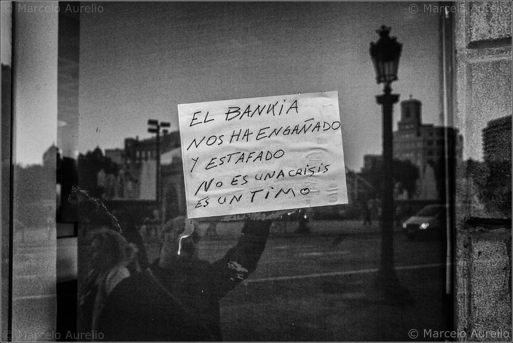€stafats x la banca - Estafados por la banca. Barcelona, 2013 © Marcelo Aurelio