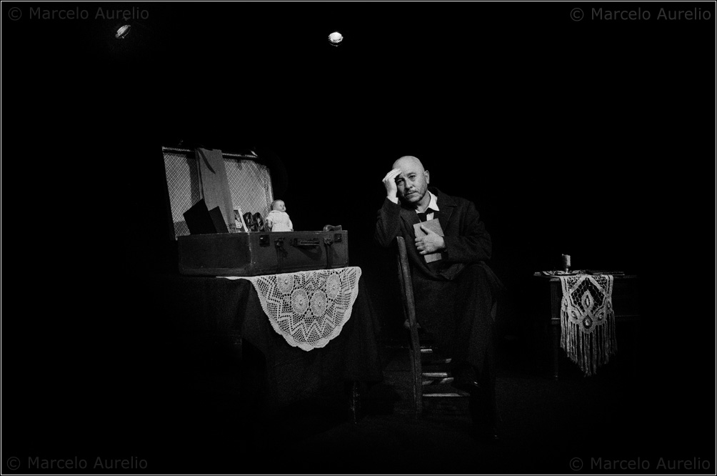 "Hugo Ponce en su unipersonal ""A galopar…"".  Santa Coloma de Gramenet, Barcelona, 2014. © Marcelo Aurelio"