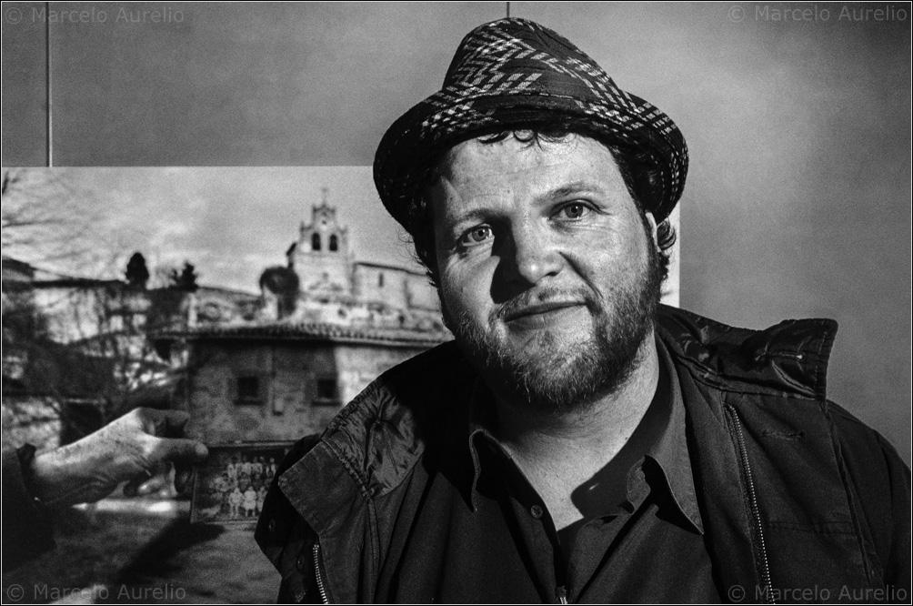 """Sergi Bernal en su exposición """"Desenterrant el silenci"""" en Pati Llimona. Barcelona, 2014. © Marcelo Aurelio"""
