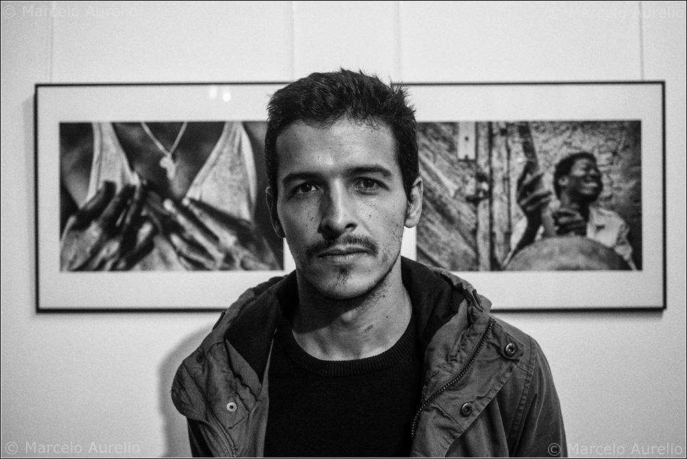 "Sebastián Gómez en su exposición ""African Iron Men"". Pati Llimona, Barcelona, 2015.  © Marcelo Aurelio"