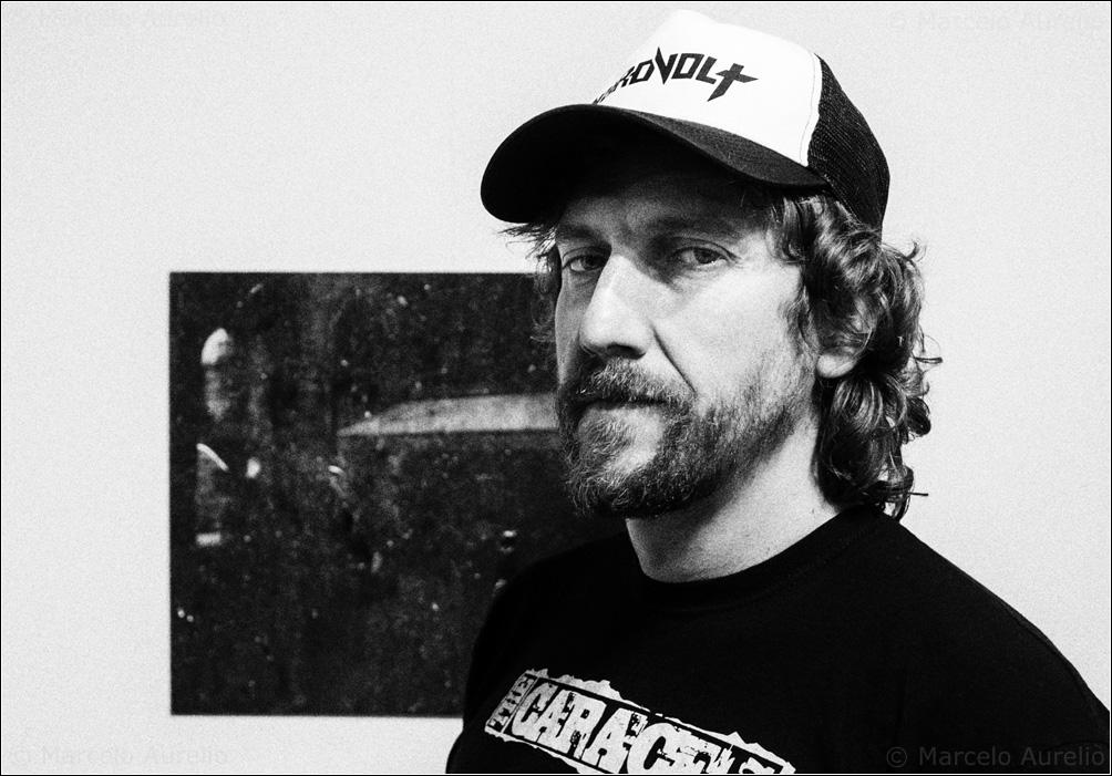 MIKELSOLITARIO en su exposición TRAS LAS CAJAS en Pati Llimona. Barcelona, 2016. © Marcelo Aurelio