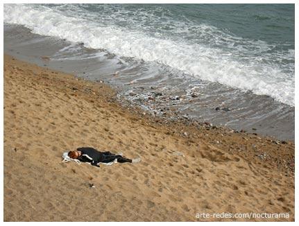esperar la marea en la Barceloneta