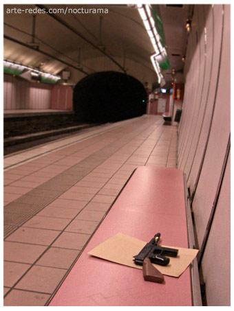 Una noche llegué a la estación de metro Fontana. La estación parecía vacía. Pero no. Un sobre y la ametralladora me esperaban.