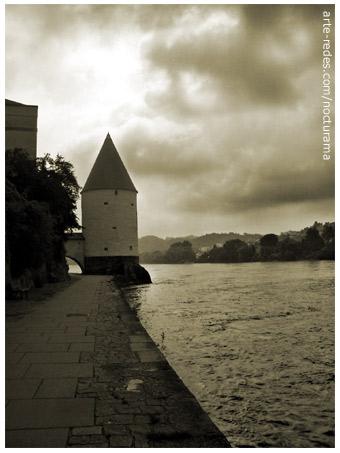 Frente al Río Inn la Torre de Schaibling, Passau, Alemania